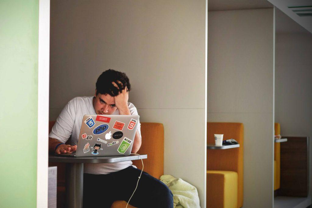 Dreng bruger mac
