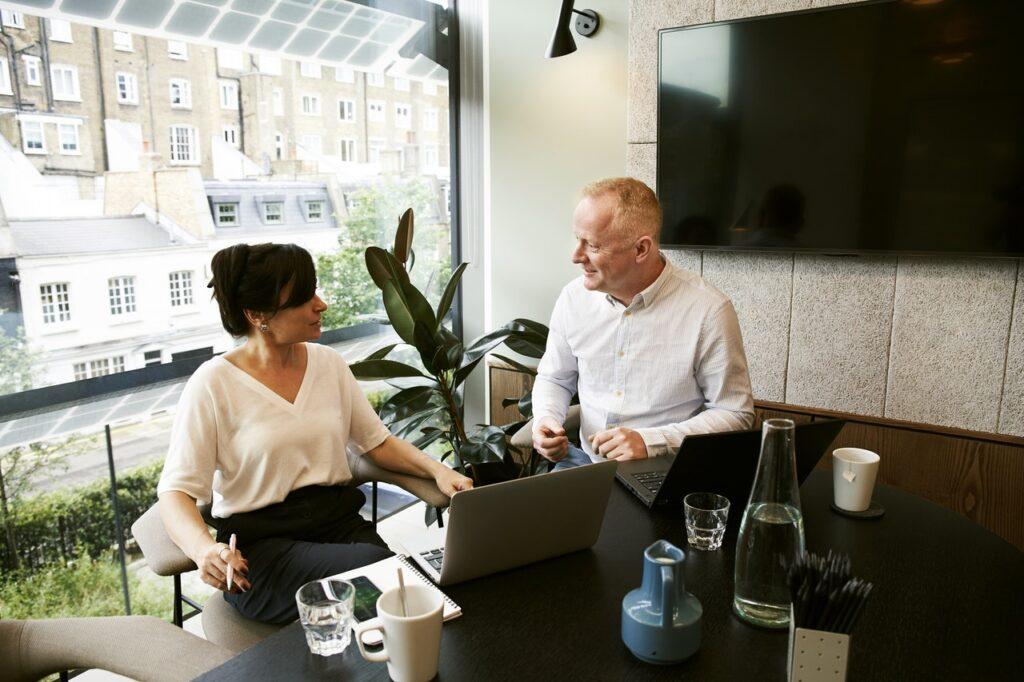 To personer arbejder sammen på kontor