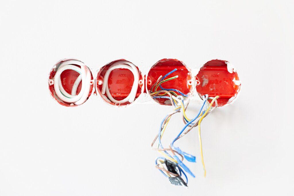 Elektriker arbejde med stikkontakter